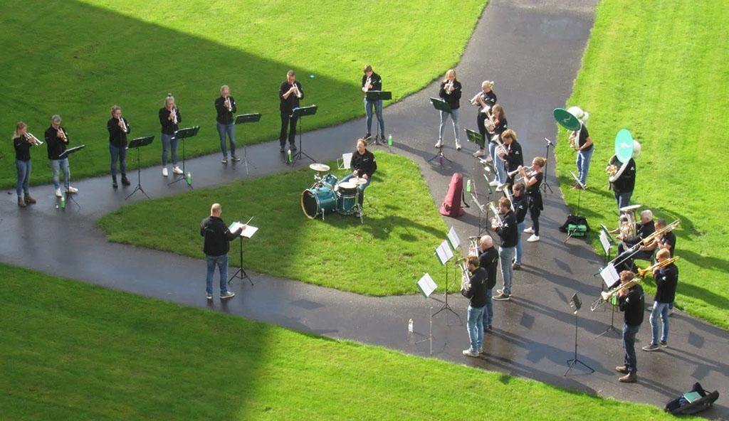 Greidebrass geeft een buitenconcert in Leeuwarden.